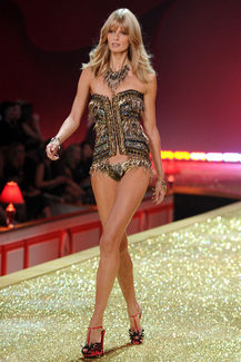 Victoria's Secret Fashion Show-2010 - фото 4