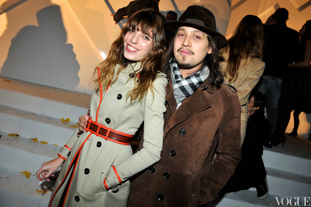 lou doillon et lulu gainsbourg in burberry.jpg