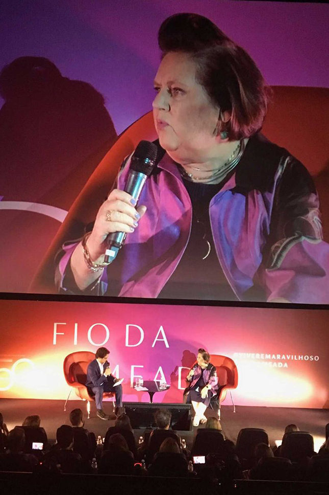 Suzy being interviewed onstage by Carlos Jereissati Filho