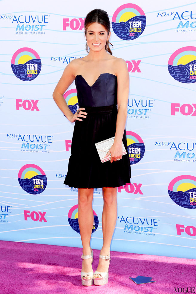 Никки Рид в топе и юбке Contrarian New York, босоножках Brian Atwood и с клатчем Jimmy Choo на Teen Choice Awards 2012