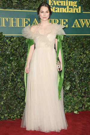 Кира Найтли в Valentino на церемонии London Evening Standard Theater Awards в Лондоне