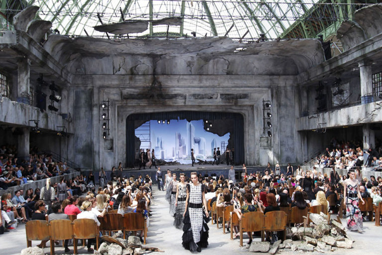 05 Chanel couture, autumn:winter 2013 The apocalyptic theatre..jpg