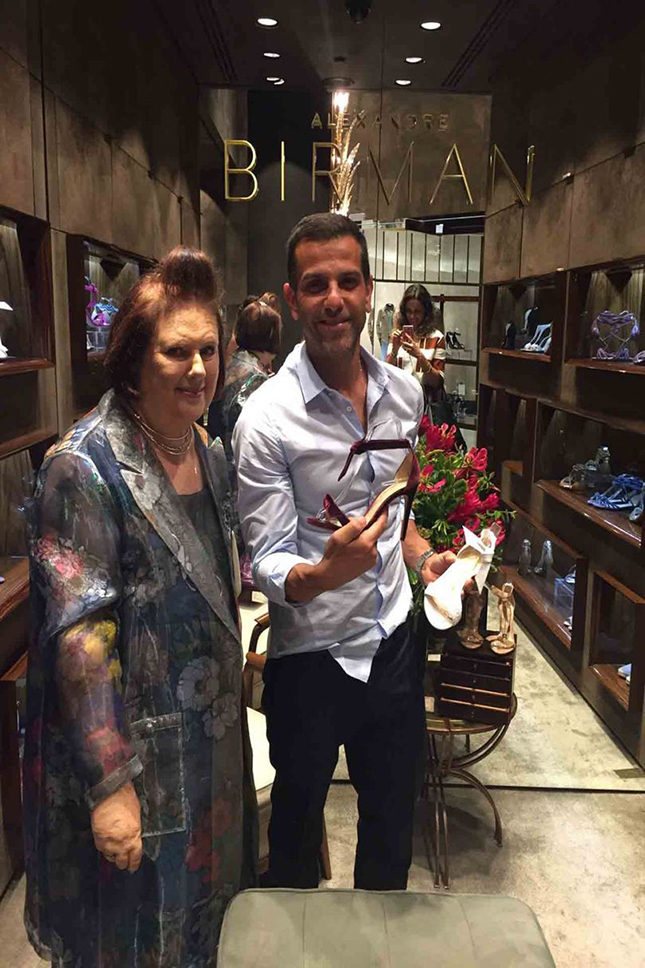 Suzy with Alexandre in the Alexandre Birman boutique in the Iguatemi luxury mall in São Paolo